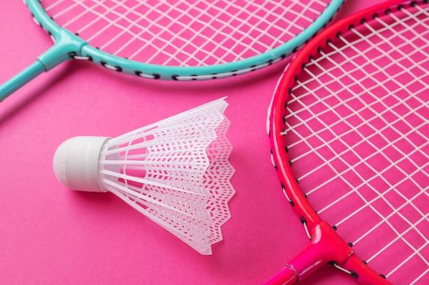 鮮やかなピンクのバドミントンラケットと羽根。