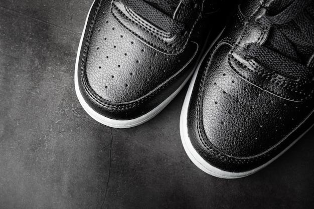 Черная кожаная спортивная обувь