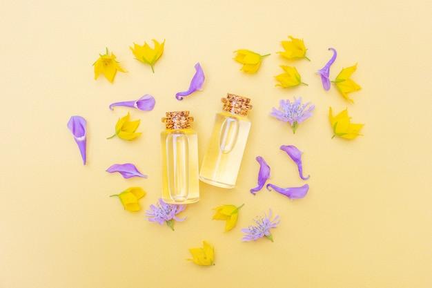 現代の薬剤師。花と花びらのエッセンシャルオイル。黄色と紫の色調の画像。
