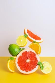 オレンジ、グレープフルーツ、ライム、レモンの創造的な明るい構成。