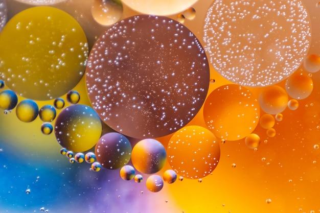 色とりどりの円の形で壮大な「コスモス」の背景。油滴でできています。