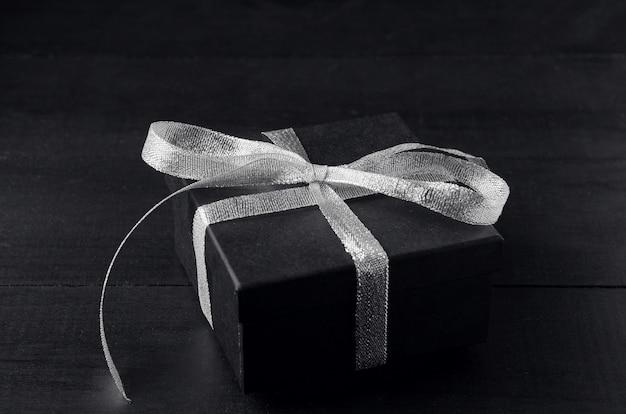 シルバーリボンの弓と黒のギフトボックス