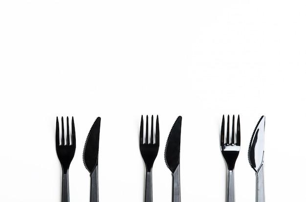 きれいなプラスチック製の黒いフォークとナイフ
