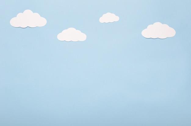 青色の背景にホワイトペーパー雲