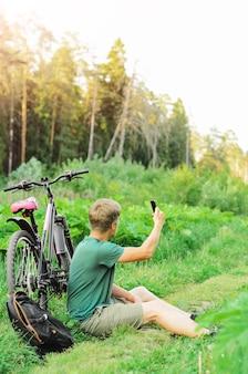 Мужчина заблудился на велосипеде по летней лесной дороге. отсутствие связи