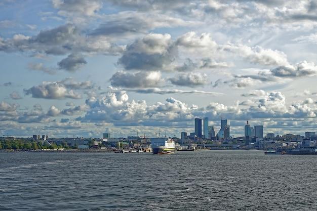 美しい雲と都市タリンエストニアの船
