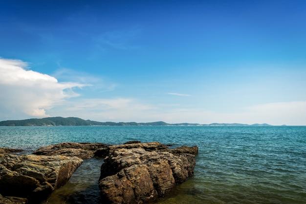 Пляж в красивом голубом небе