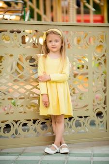 遊園地で金髪少女