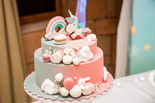 ファンタジーをテーマにしたケーキ