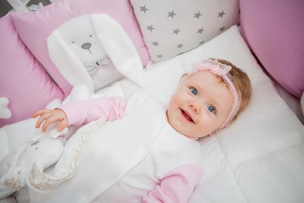 Счастливый малыш на кровати у себя дома
