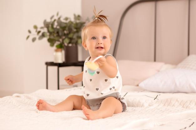 Девочка играет в спальне