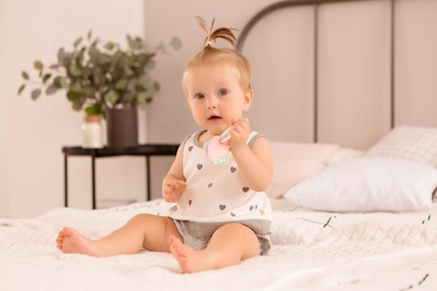 女の赤ちゃんは寝室で遊ぶ