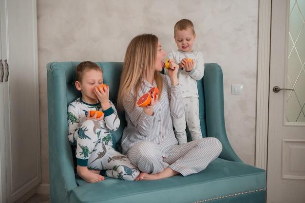 朝食を食べている子供を持つ母