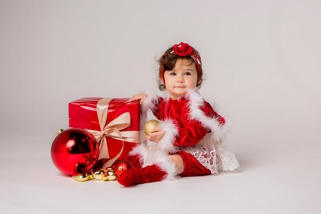 Малыш санта с подарочной коробкой на белом
