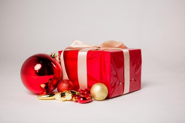 Рождественский подарок на белом