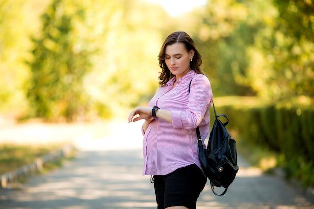 夏の散歩に美しい妊娠中の女の子