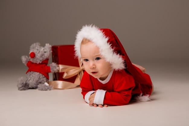 Ребенок одет как санта