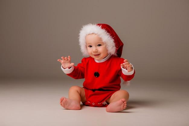 サンタのような格好の赤ちゃん