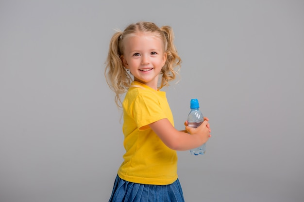 水の保持ボトルを笑顔の少女