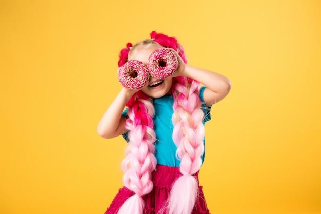 ドーナツを持つ少女