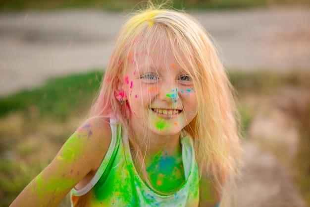 ホーリーの色を持つ少女