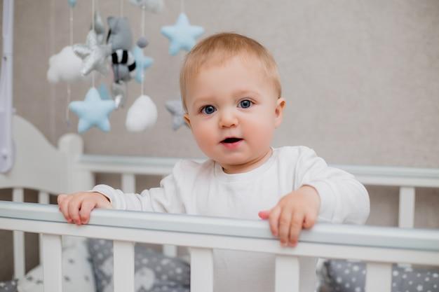 Ребенок в детской кровати