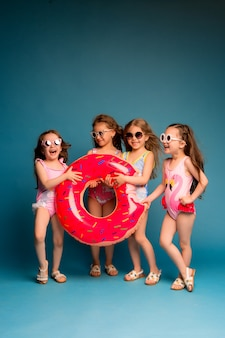 水着やサングラスでグループの子供たちの女の子