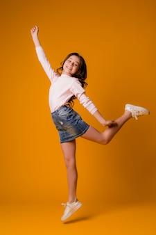Ребенок девочка прыгает счастливая девушка танцует