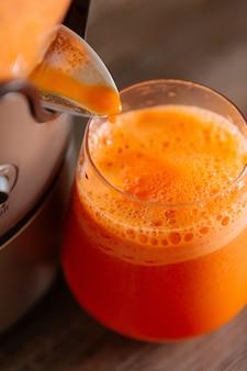 ジューサーでジュースを作る方法、ジューサーでフレッシュジュースを作る方法、ニンジンジュース