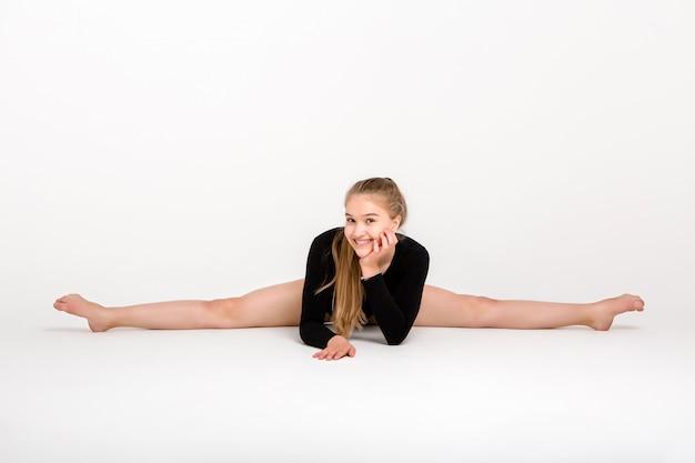 Молодая красивая девушка гимнастка, молодая девушка занимается гимнастикой