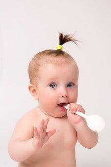 女の赤ちゃんニブル赤ちゃんプラスチックスプーン、離乳食のコンセプト