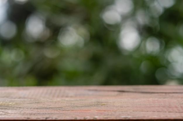 夏の自然の中で木製のテーブル。クローズアップ、テキスト用のスペース