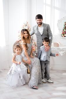新年インテリアにエレガントな服で幸せな家族