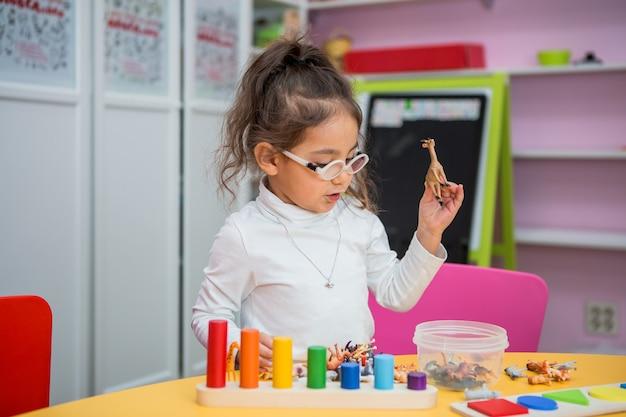 子供の女の子が教育の授業で遊ぶ