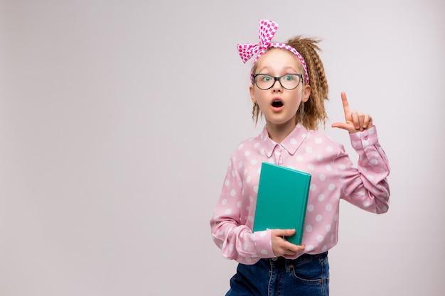 Школьница в очках с книгой