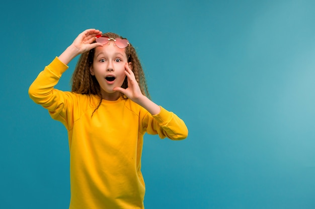 黄色の服を浮かべてプレティーンの女の子