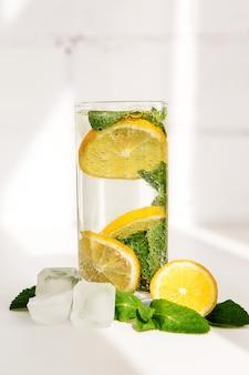 レモンとレモネードのガラス