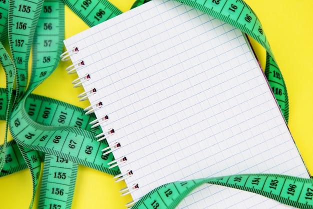 きれいな空白のメモ帳とセンチメートルテープ