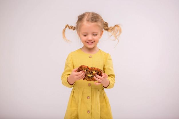 幼児の女の子のパンの光