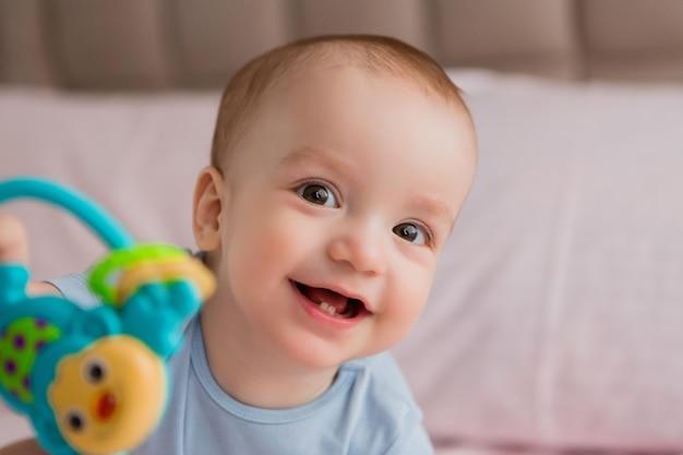 ベッドに笑みを浮かべて男の子