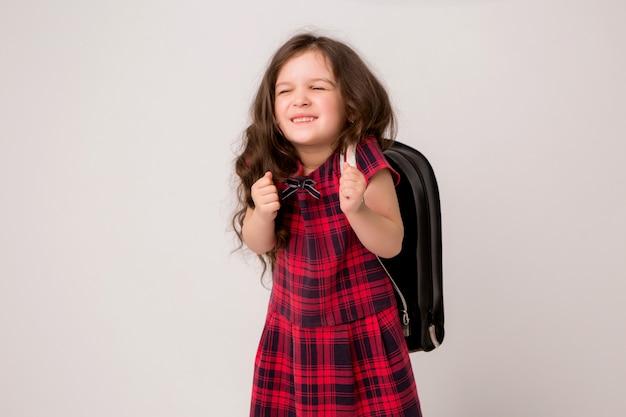 Маленькая школьница улыбается