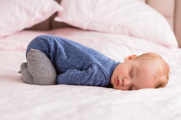 赤ちゃんはベッドで眠る