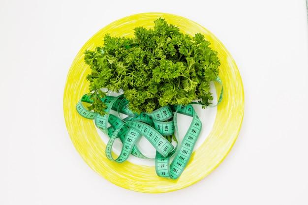 緑、プレート上のセンチメートルテープ