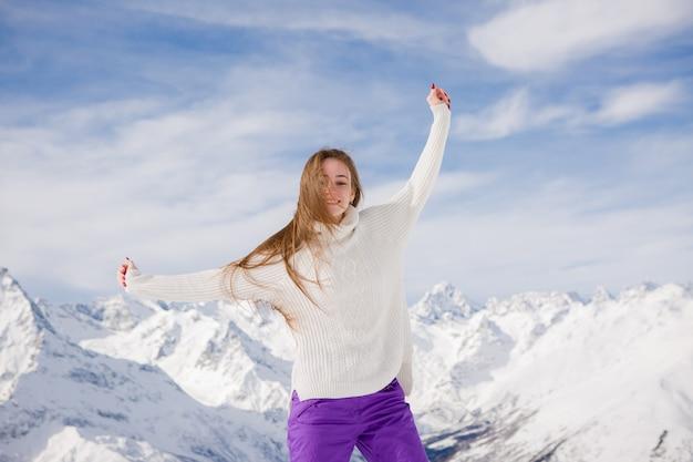 山に笑みを浮かべて冬のスーツの少女