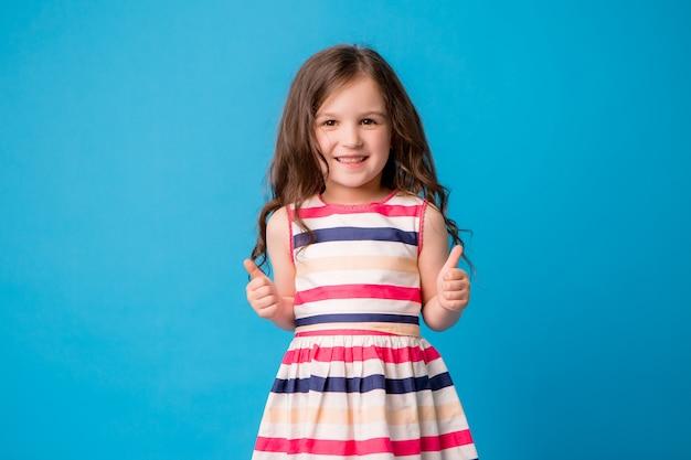 青に笑みを浮かべて小さな女の赤ちゃん