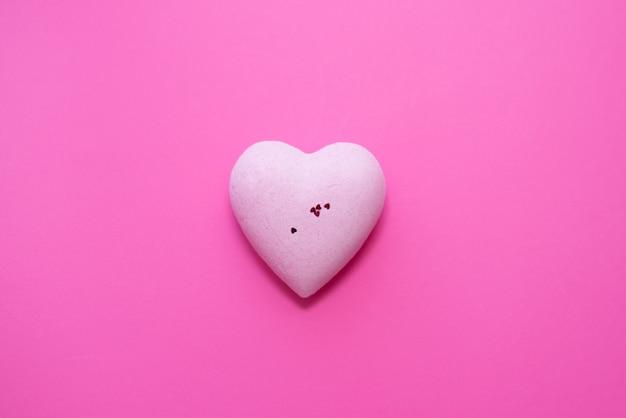 Розовое сердце на розовом фоне.