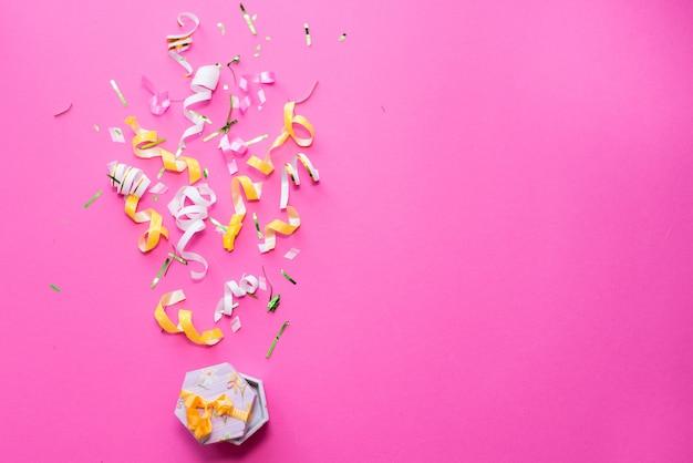 お祝い、パーティーの背景のコンセプトのアイデア、カラフルな紙吹雪