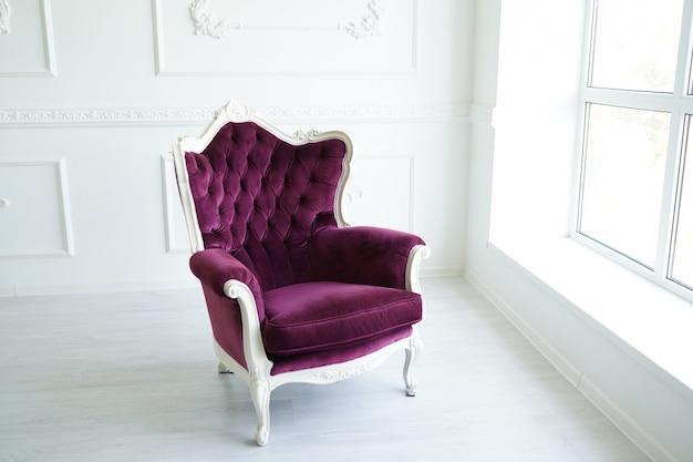 豪華で清潔で明るい白のインテリアでエレガントなアームチェア