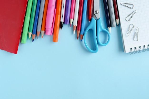 学校に戻る。青いテーブルの上の学校のためのアイテム