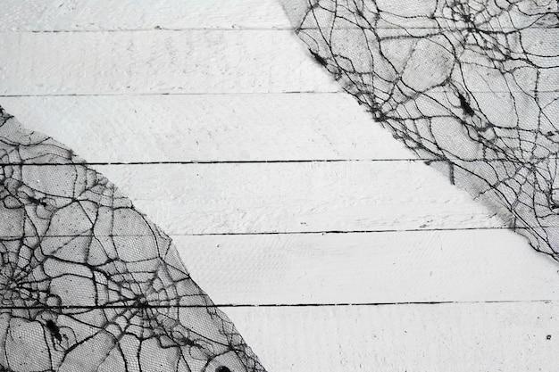 白い木のハロウィーンの装飾クモ
